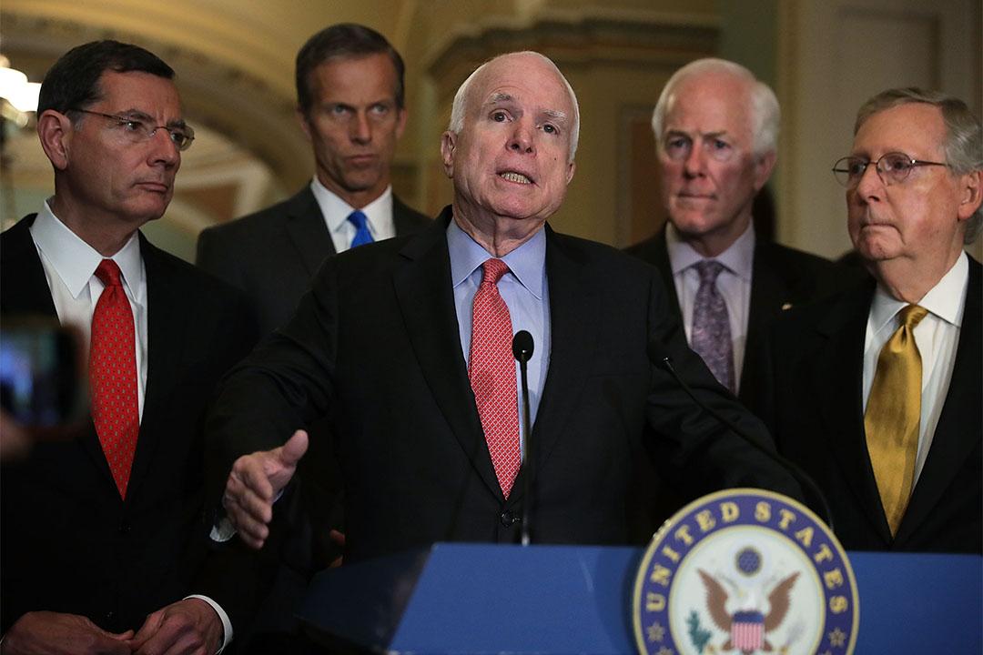 麥凱恩加入譴責特朗普的行列。圖為2016年5月24日, 麥凱恩與共和黨參議員聚餐後見傳媒。