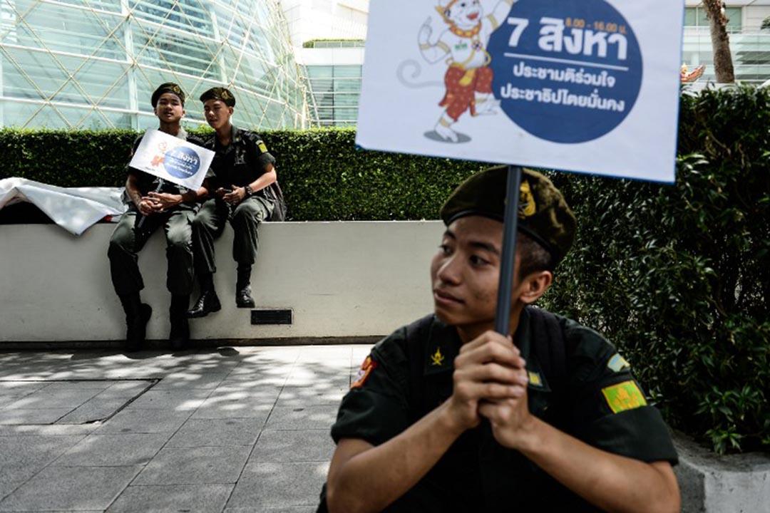 兵役中的學生在休息期間鼓勵公眾參與即將舉行的全民公投。