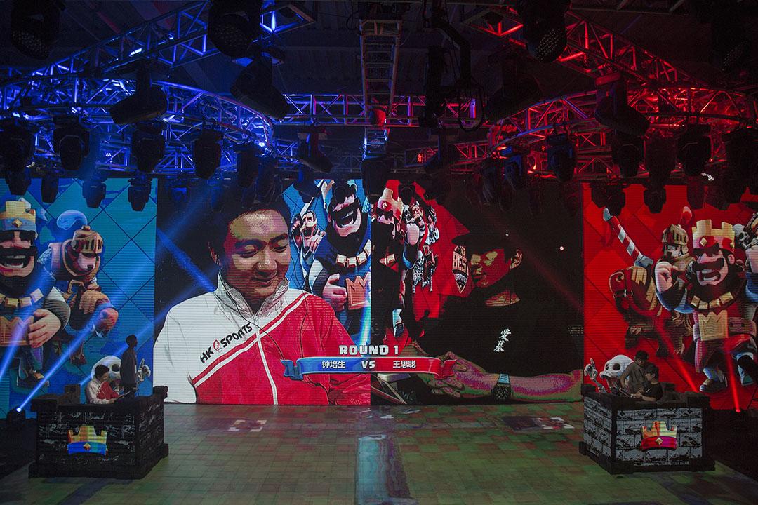 鍾培生於5月28日在上海舉辦的皇室戰爭比賽總決賽與中國著名富二代王思聰進行對決。