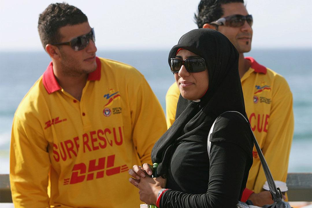 法國嘎納海灘因安全理由禁止穿伊斯蘭全包女泳衣(burkini)引發爭議和司法糾紛。圖為澳洲悉尼一個穆斯林救生員。