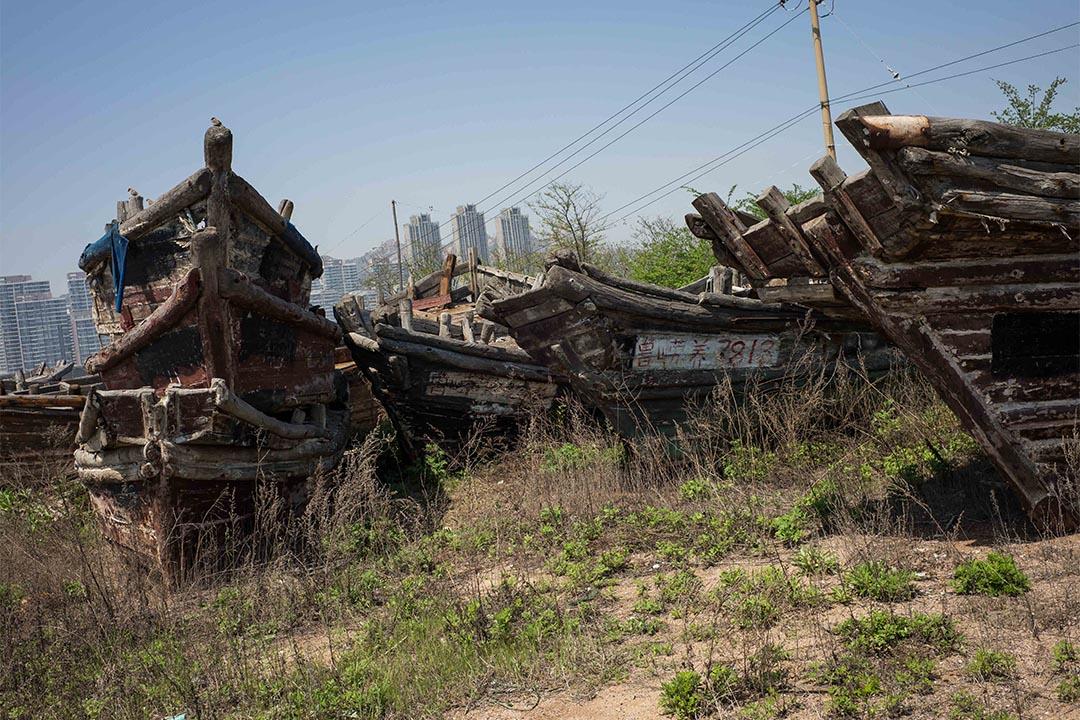 圖為因中國近海無魚可捕,而被廢棄的漁船。中國最近因非法跨境捕魚,其漁船有許多遭到扣押甚至是炸毀。