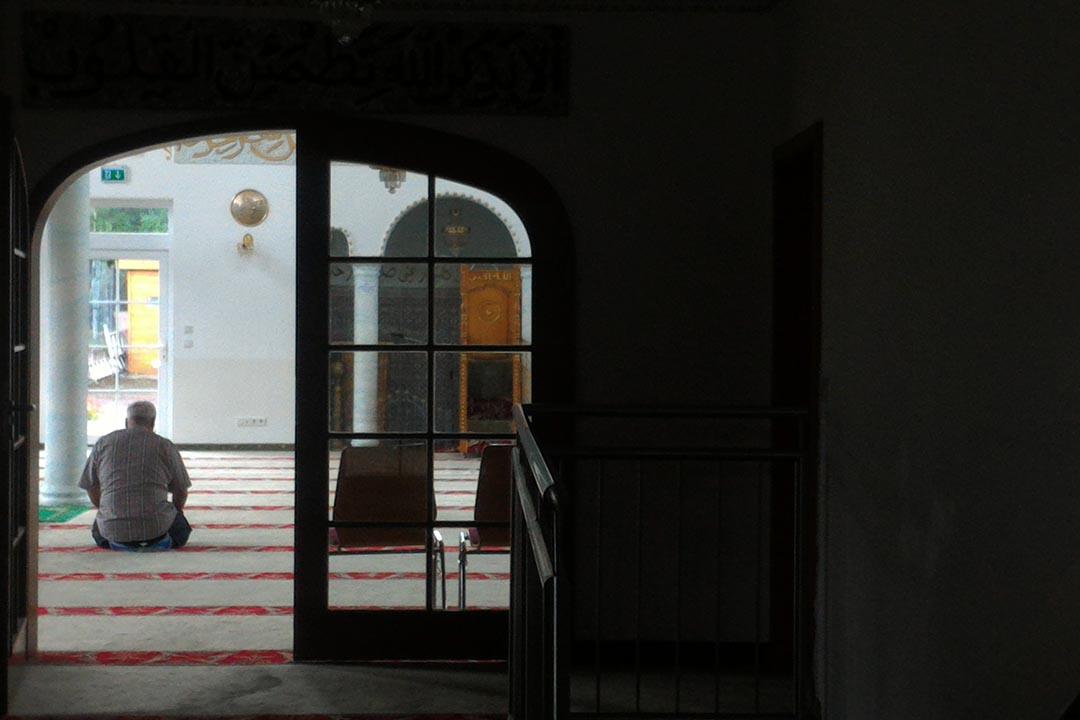 在奧馬爾清真寺朝拜的一名穆斯林。
