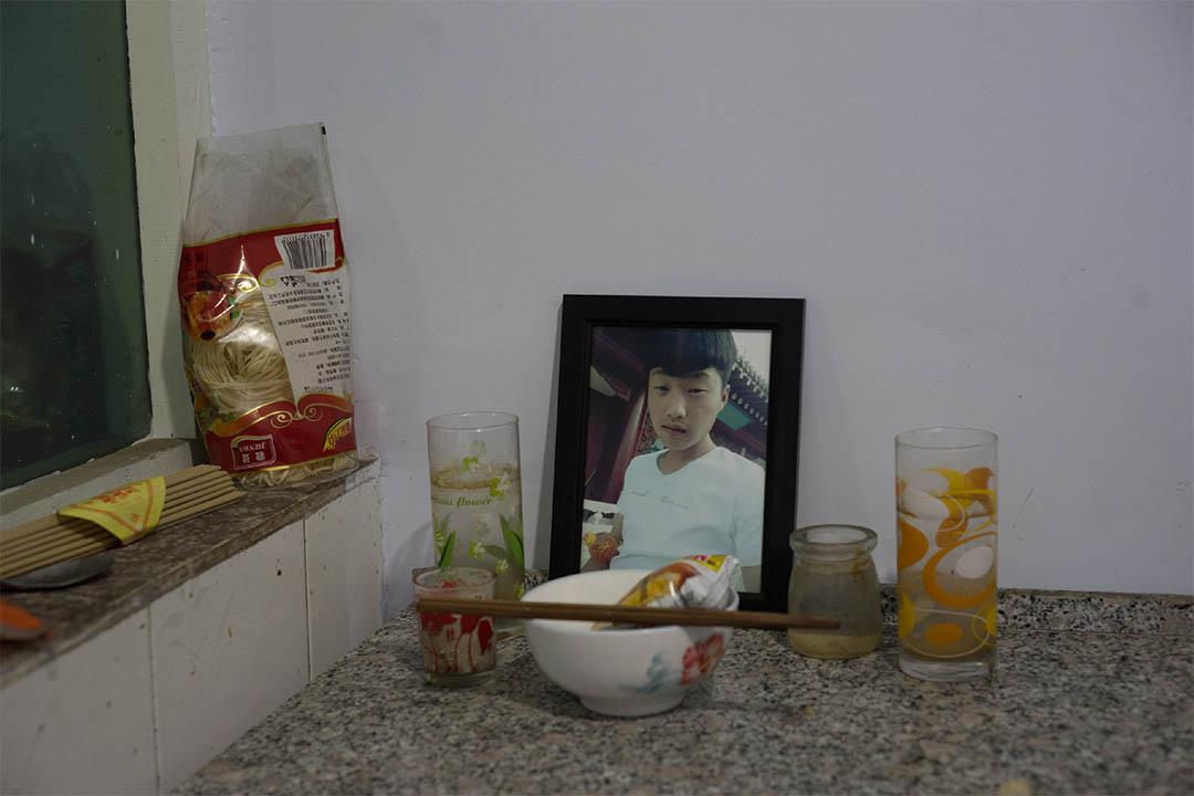 來自河北蔚縣的烈士董澤鵬,在他家的一角,擺放著他的遺照,家人經常懷念這個孩子。