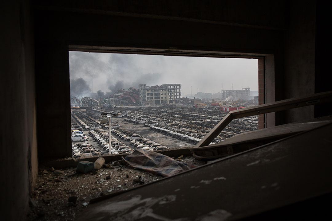 2015年8月14日,天津,爆炸現場旁邊的房車殘骸。