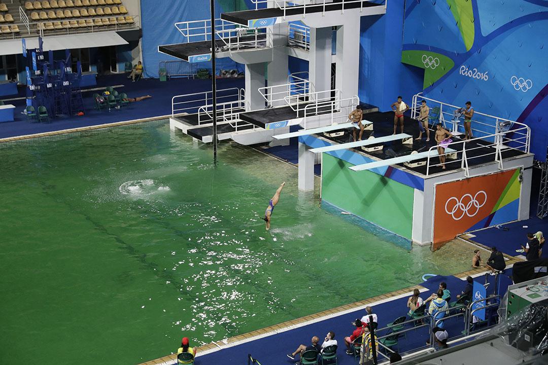 瑪麗亞倫克水上運動中心(Maria Lenk Aquatics Centre) 比賽池水變成綠色。