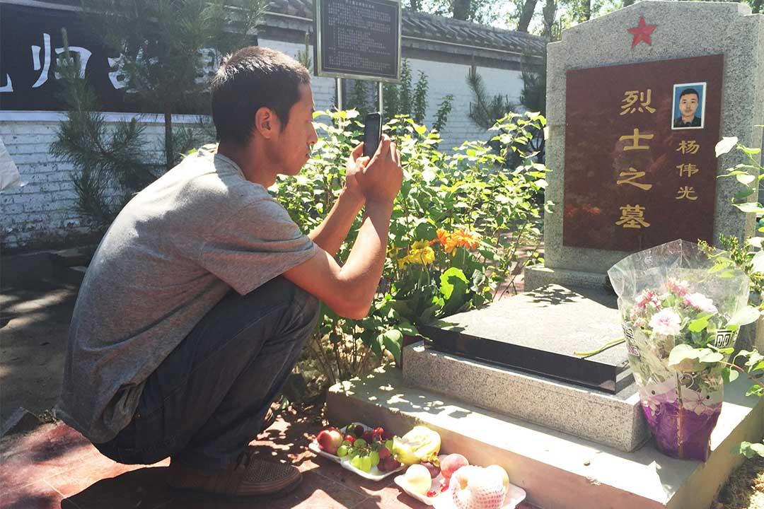 2016年6月8日,楊偉光生前最要好的堂兄到蔚縣烈士陵園看他。
