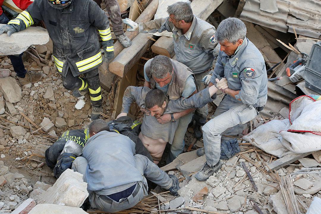 2016年8月24日,意大利中部阿馬特里切,救援人員從瓦礫中救出一名男子 。