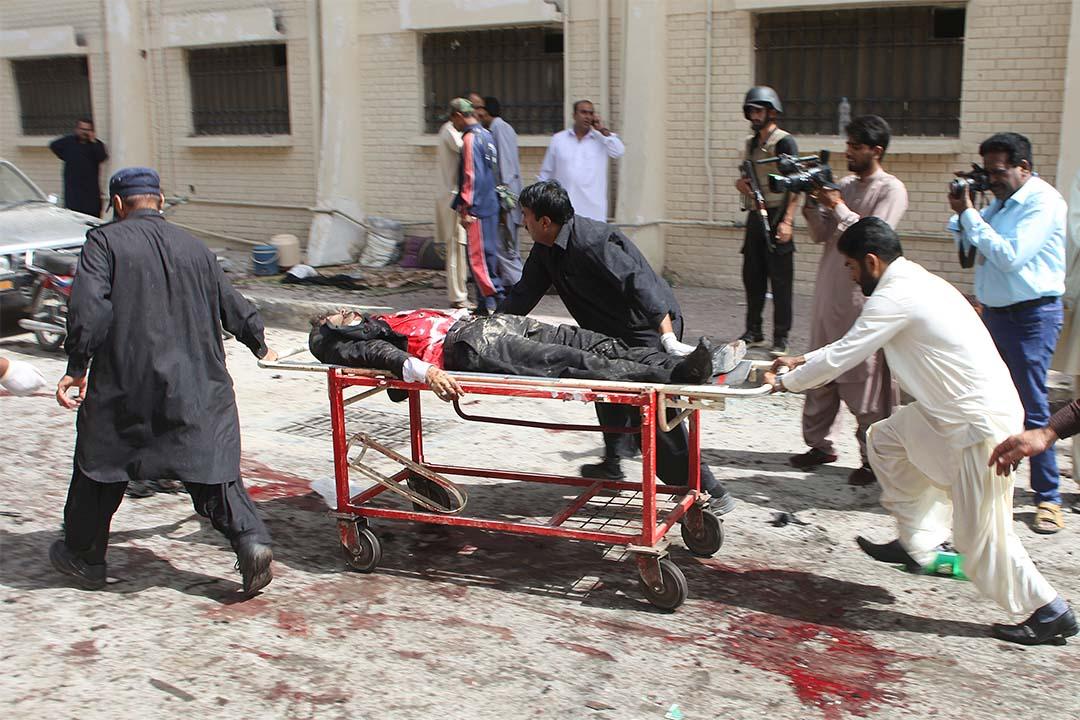 2016年8月8日,巴基斯坦醫院發生爆炸,人們把遇害者抬離現場。