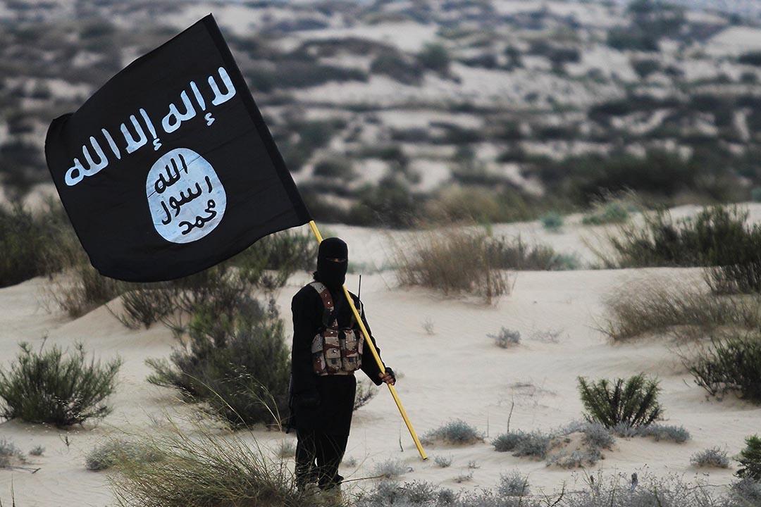西奈,一名蒙面人拿着伊斯蘭國組織旗幟。