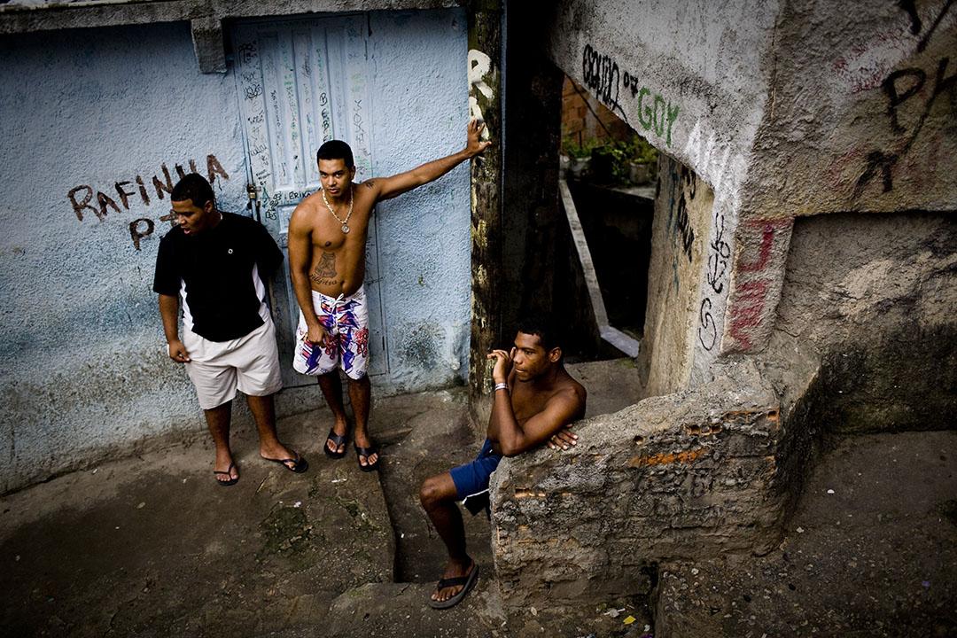 羅西尼亞(Rocinha)貧民窟內青年在閒坐著。