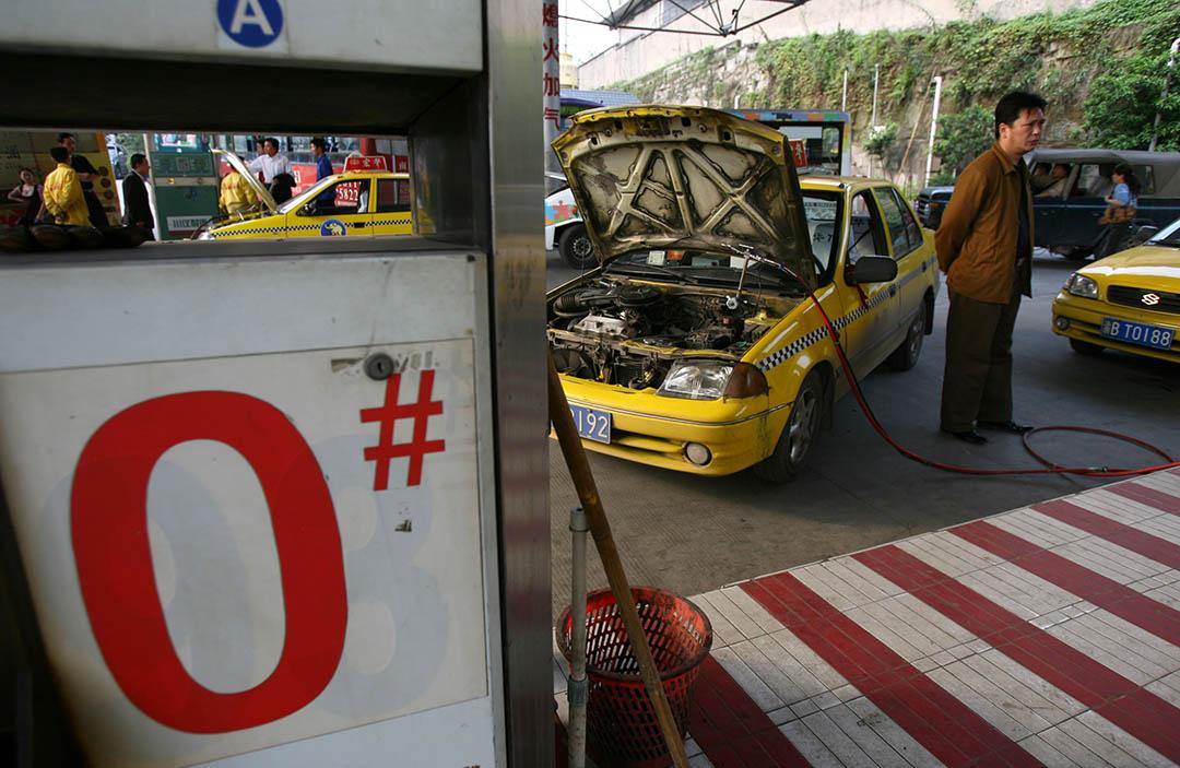 出租車司機在加油站加油。