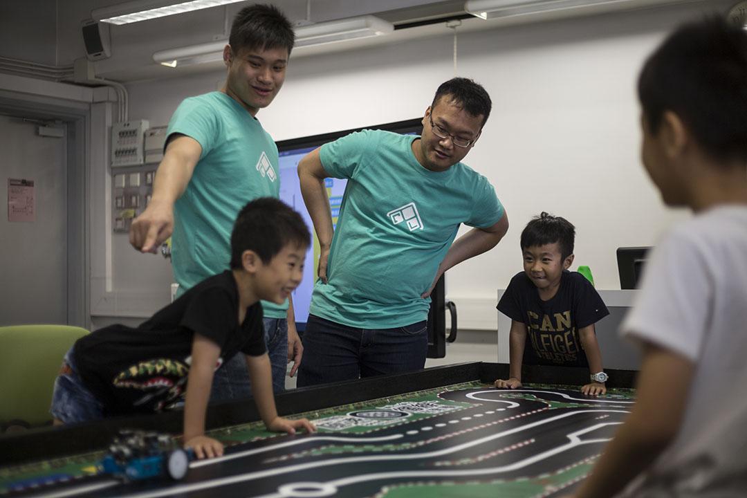 CAL讓學生成為「Coding Workshop」的講師與助手,透過教授基礎程式設計教學相長。