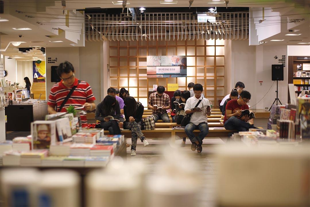 圖為台灣一家書店中,人們坐著閱讀。