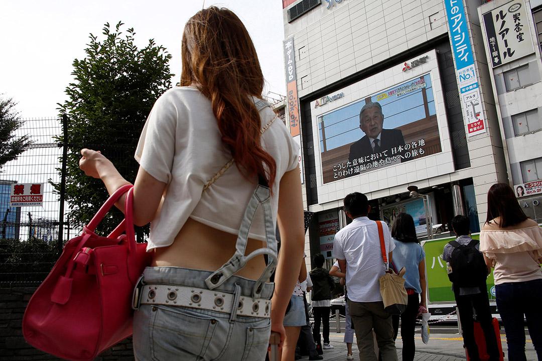 2016年8月8日,東京,民眾觀看82歲的日本天皇明仁發表電視講話。