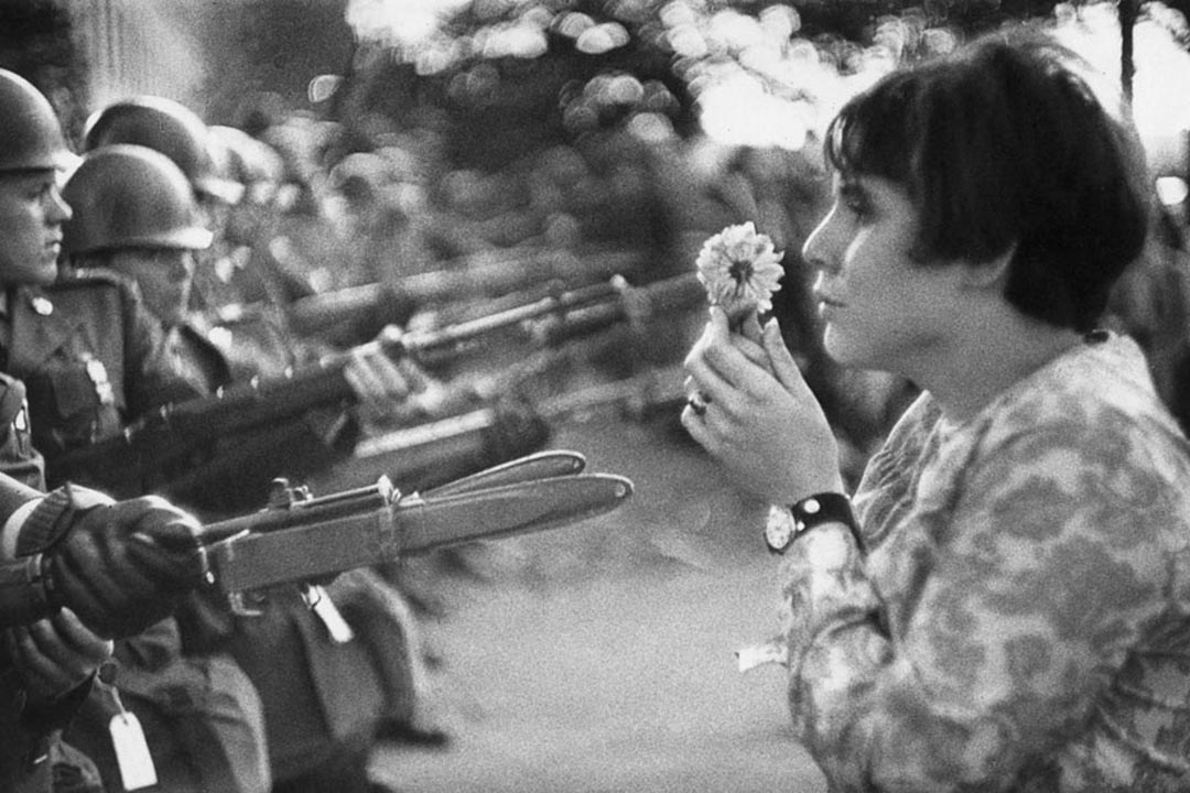 越戰期間,一場反戰示威中的送花女孩Jan Rose Kasmir。