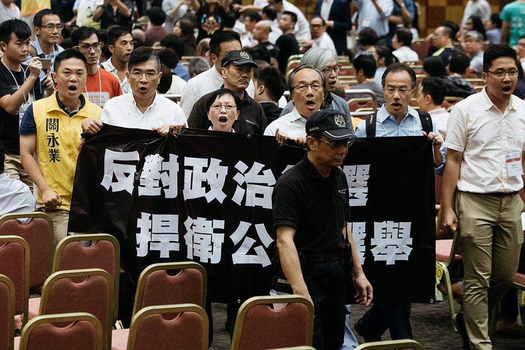 多名泛民候選人在立法會選舉候選人簡介會拉隊離場,抗議選管會政治篩選。