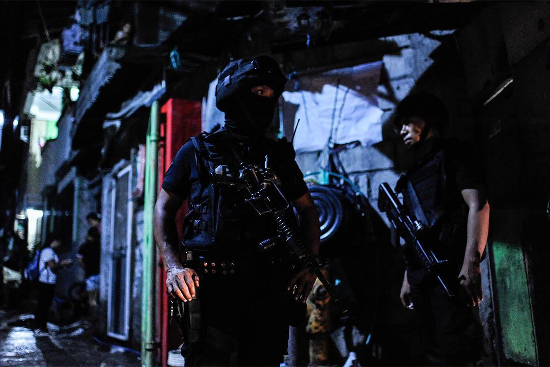 2016年8月20日,菲律賓馬尼拉,警方特警隊在一個棚寮區外駐守。