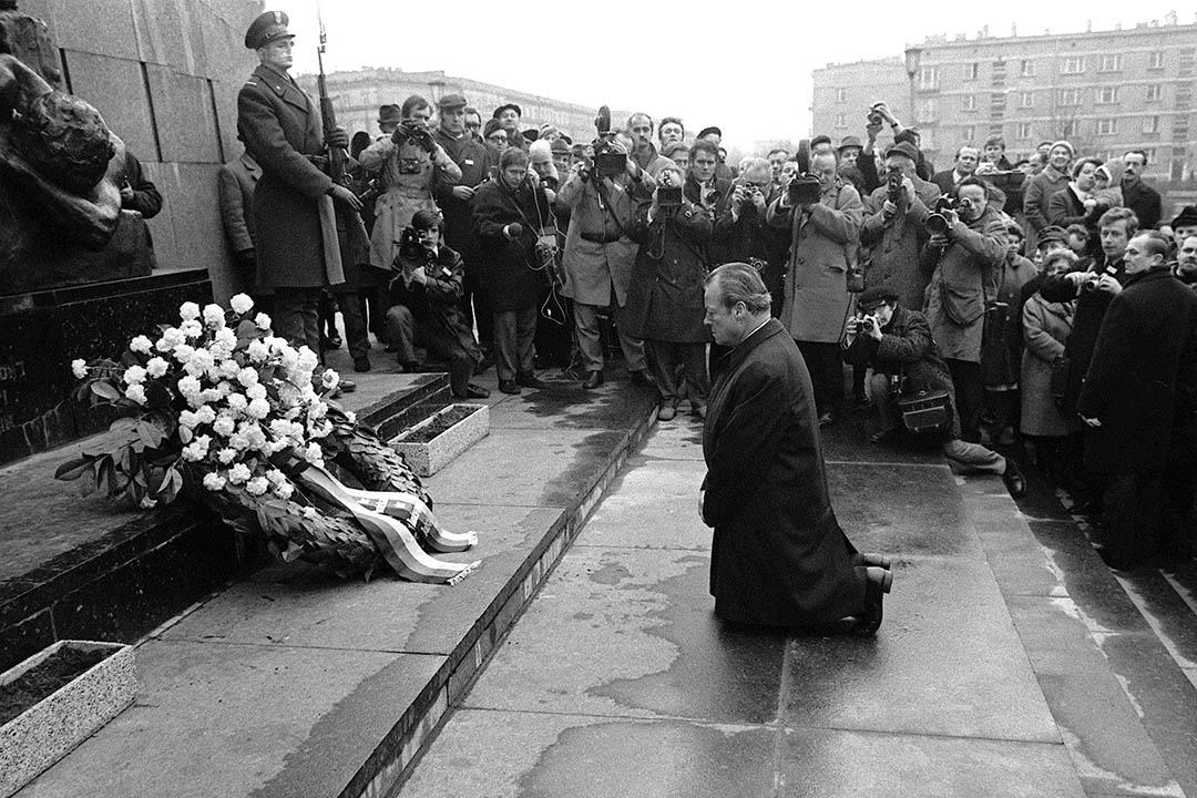 1970年12月7日,波蘭華沙猶太區,德國總理 Willy Brandt 在猶太人殉難紀念碑前下跪道歉。