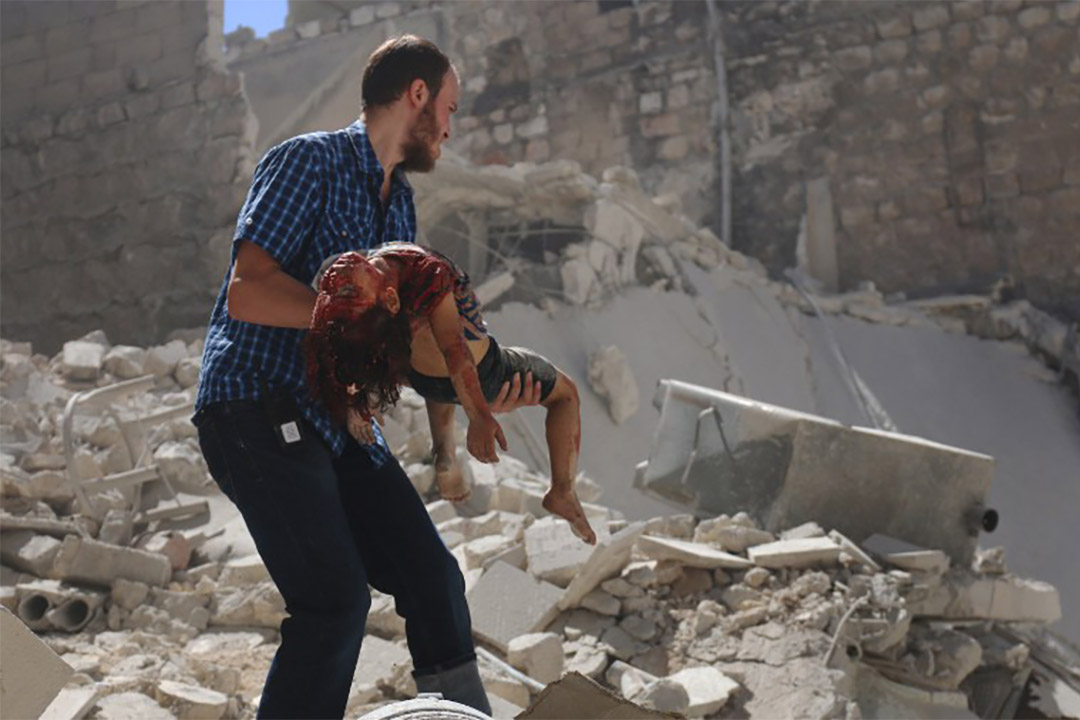 2016年7月25日,阿勒頗經歷空襲後,一個敍利亞人從瓦礫中救出一個女孩。