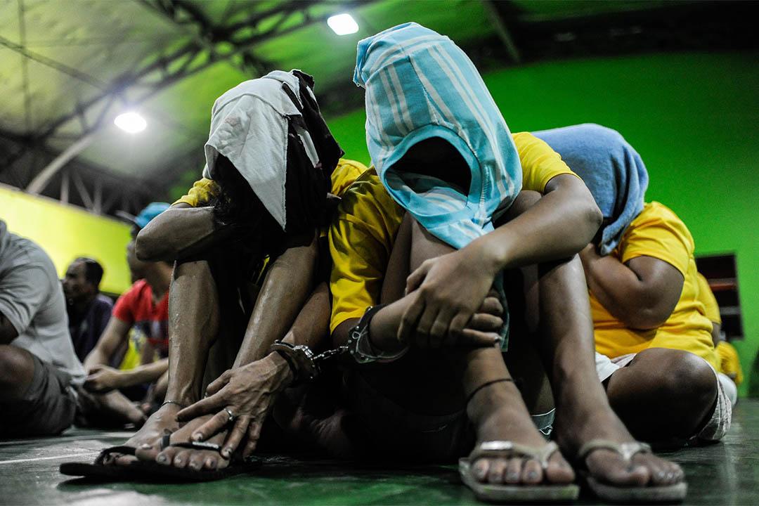 2016年8月20日,菲律賓馬尼拉,被捕吸毒者和毒販遭扣留於警方一個體育館內。