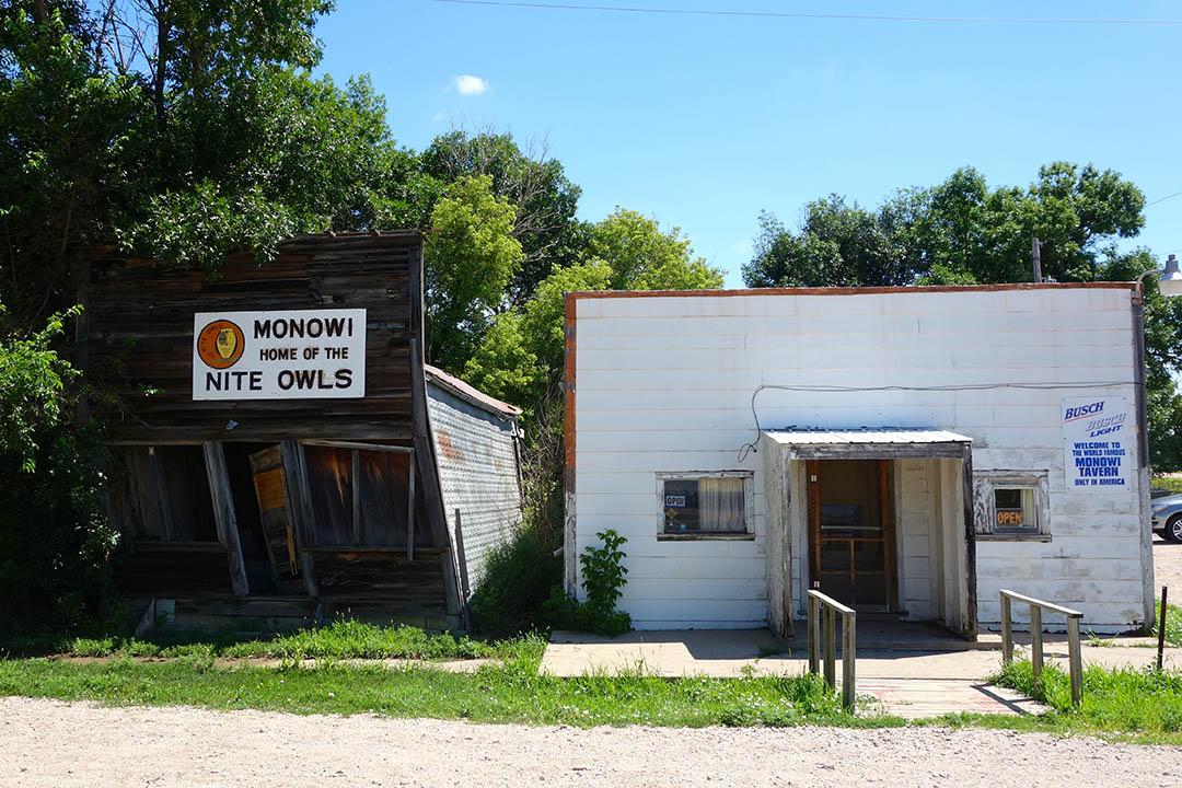 小酒館左邊是已經廢棄的雜貨店。