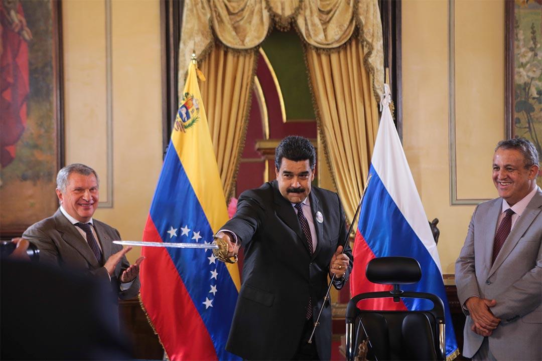 委內瑞拉反對派提總統罷免,獲全國選舉委員會通過,跨過第一階段程序。圖為2016年7月28日,委內瑞拉總統馬杜羅會見俄羅斯石油公司代表。