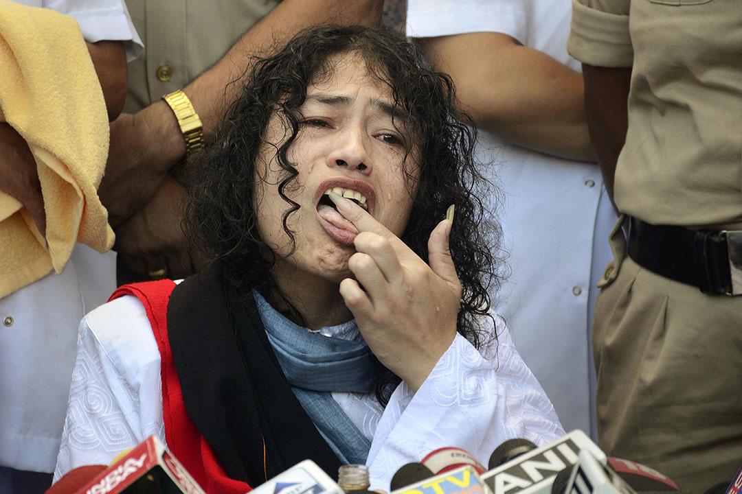 2016年8月9日,印度政治家莎米拉(IROM Sharmila Chanu)舔食指尖的蜂蜜停止16年的絕食行動。