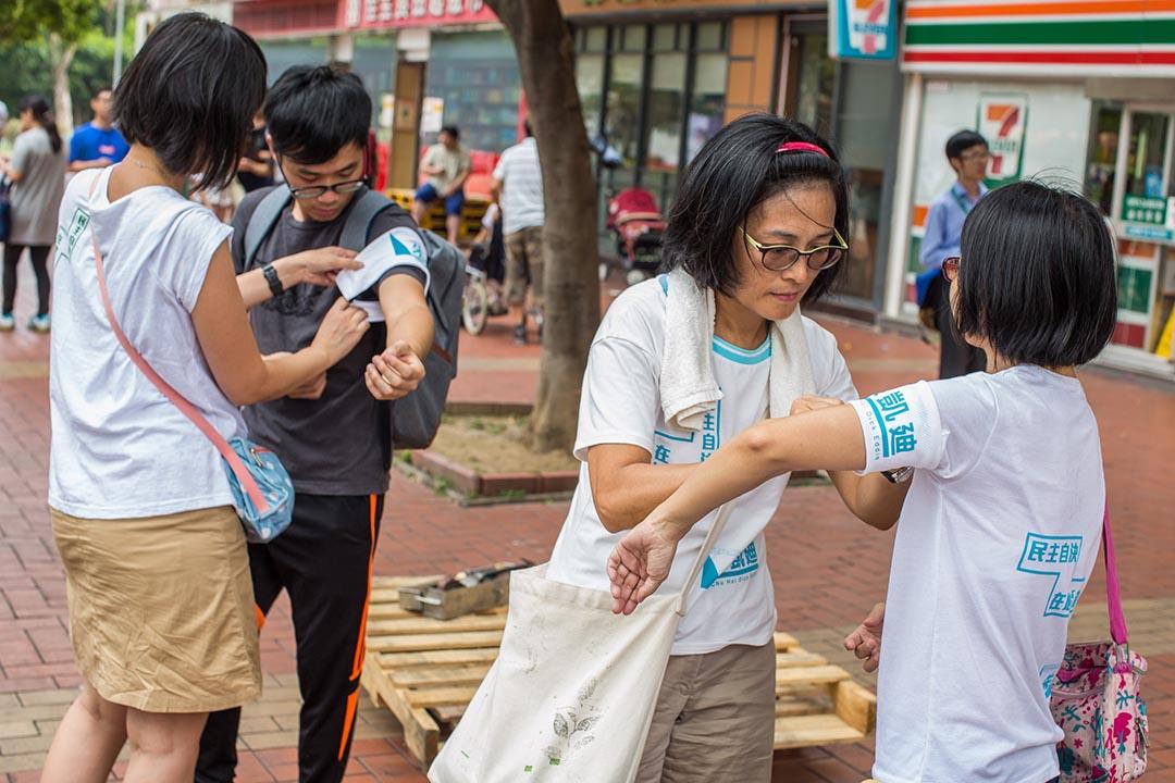 朱凱廸的競選團體裡面不少人是他的朋友,他們義務襄助,也未必每個人都有制服。