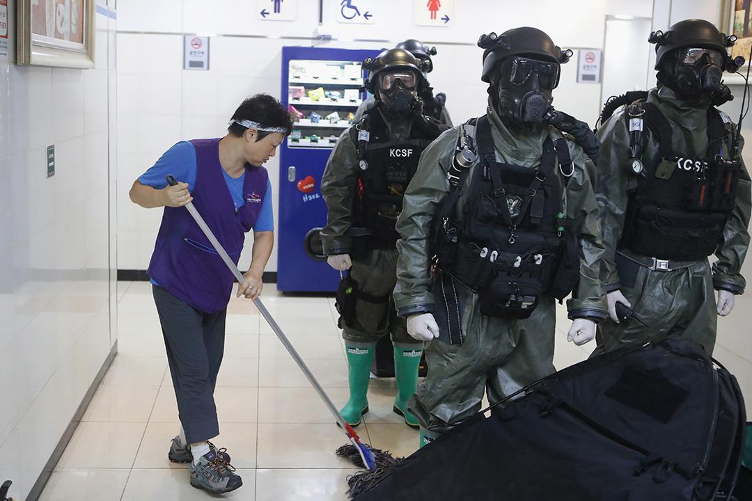 2016年8月23日,韓國首爾,韓國警察身穿防護服參與反恐和反化學恐怖演習。