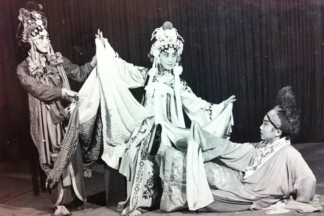 圖為1980年邢金沙演出崑曲《雷峰塔·斷橋》一折,受到昆曲大師俞振飛的肯定。