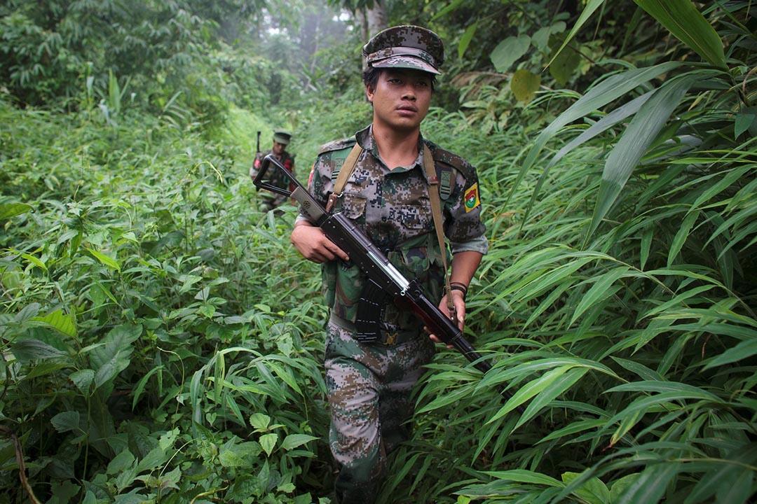 反政府少數民族武裝部隊在森林裡巡邏。2011年,克欽邦獨立國戰火重燃,結束停火協議的其中一個原因是創建密松水壩,十幾個村莊將會被淹沒。