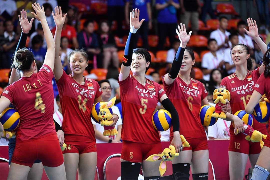 2016年7月10日,中國女排在泰國曼谷的世界女排大獎賽中向觀眾揮手。