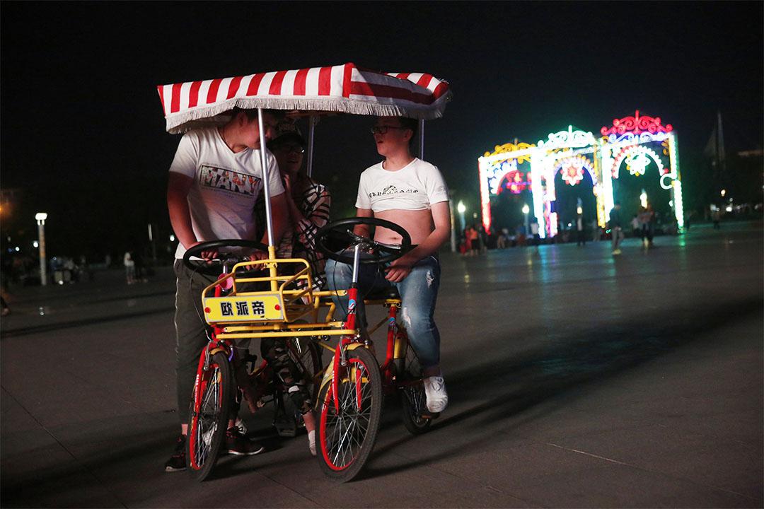 2016年6月7日,河北張家口蔚縣,夜晚,年輕人在市民廣場上消磨時光。