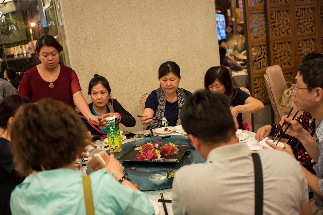 遊客在海鮮餐廳裡品嚐鮪魚大餐。