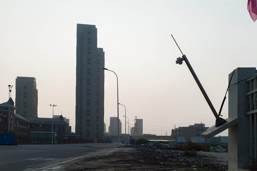 離爆炸點最近的兩棟居民樓,附近是等待驗收的小學,周圍的環境在逐漸恢復中。