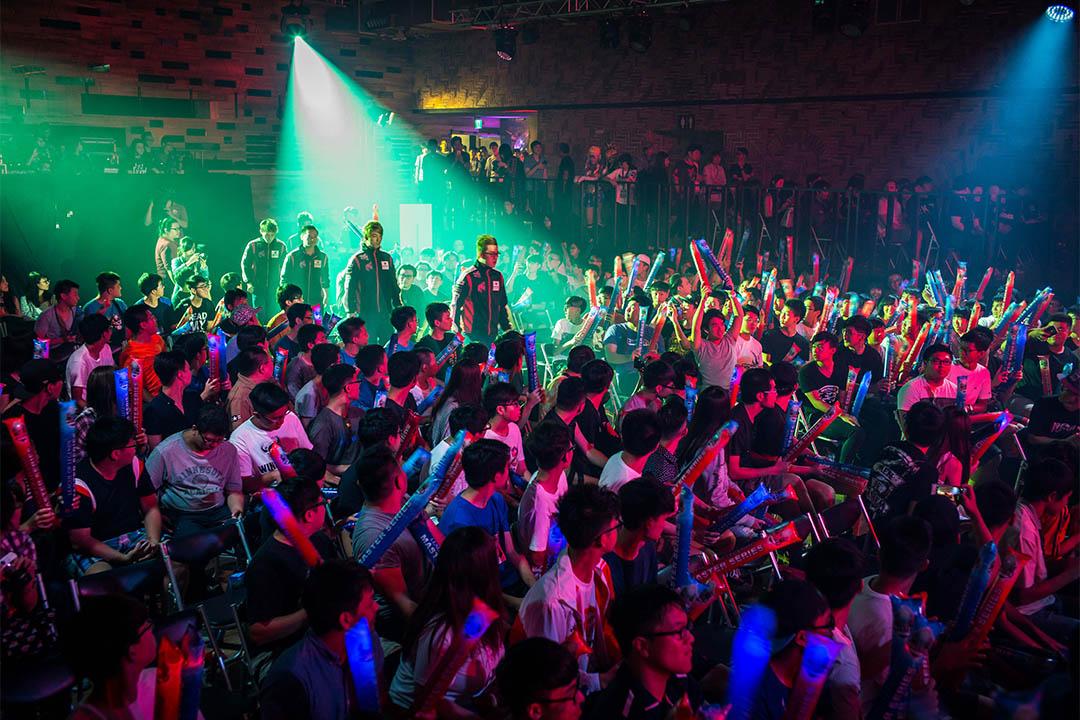 在台北舉行的職業聯賽,兩隊隊伍粉絲坐滿比賽大廳,各方隊伍入場時全場爆發吶喊,配合現場音響,震耳欲聾。
