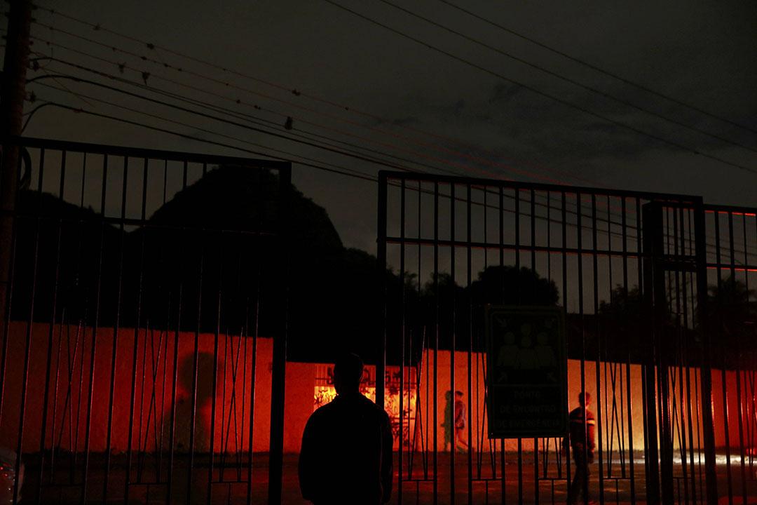 2016年8月21日,巴西里約熱內盧,警車的紅燈照射在媒體村的牆上。