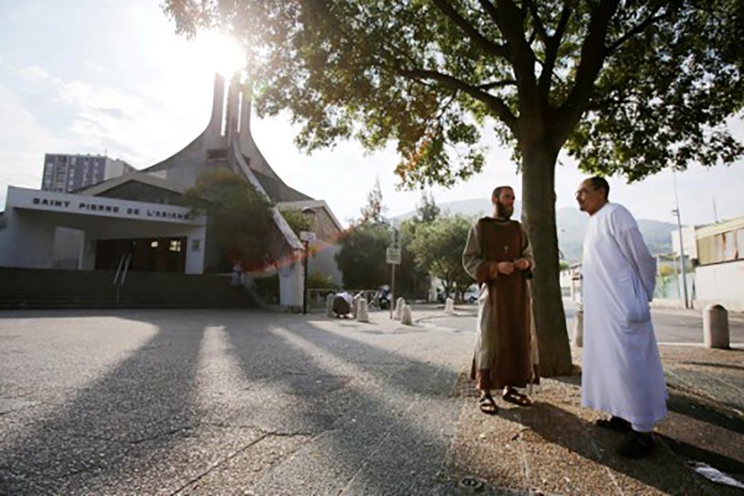教堂遇襲事件後,法國一批穆斯林出席週日天主教彌撒,以示宗教信仰團結。