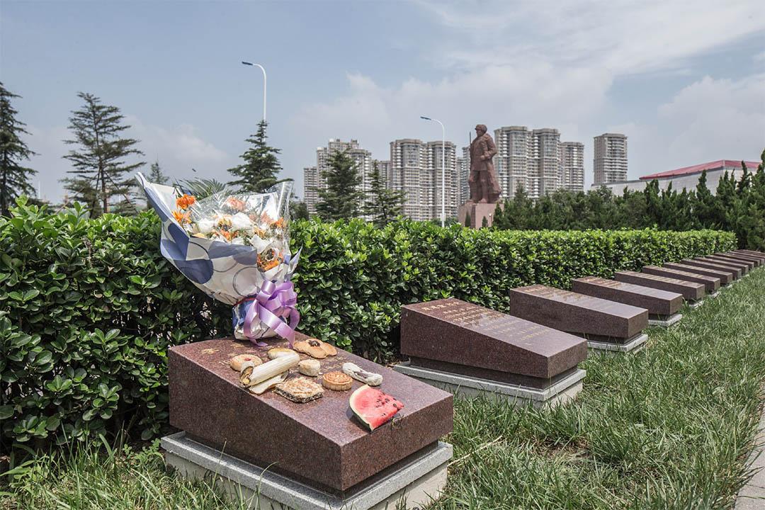 犧牲消防員家屬祭奠親人後留下的鮮花。據當地人說,經常有人來此祭奠。