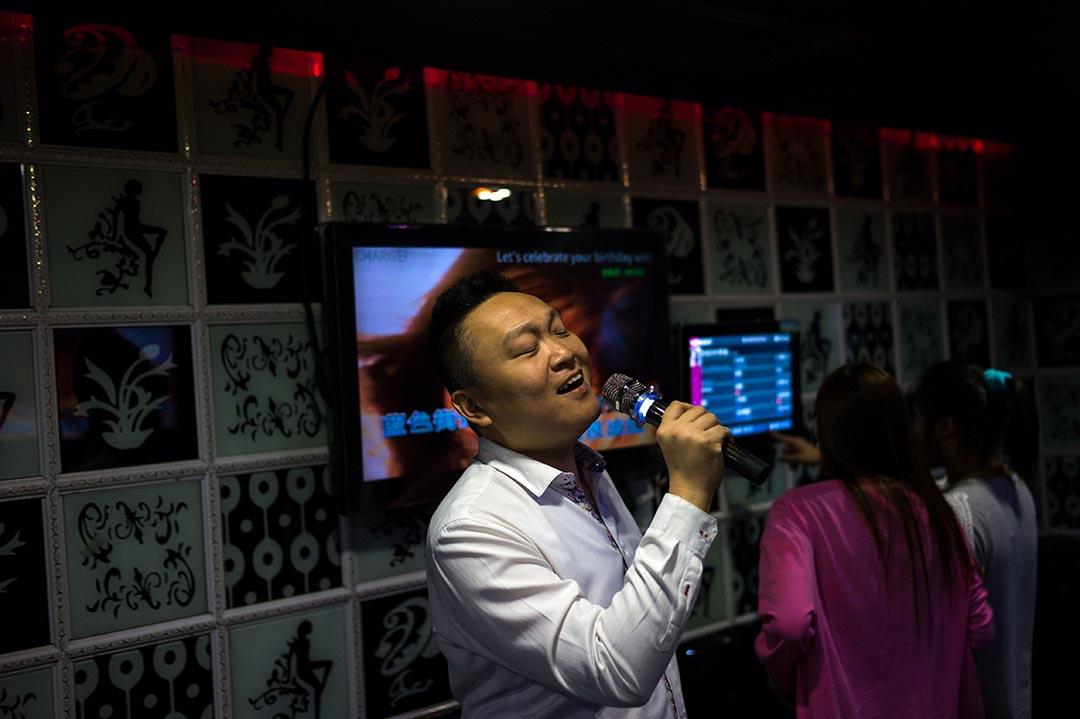 Hong Kong Singers Channel負責人黃文漢和一眾學員唱卡拉OK。