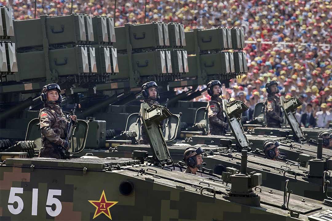 2015年9月3日,北京天安門廣場上,中國士兵站在裝有導彈的軍用車上。