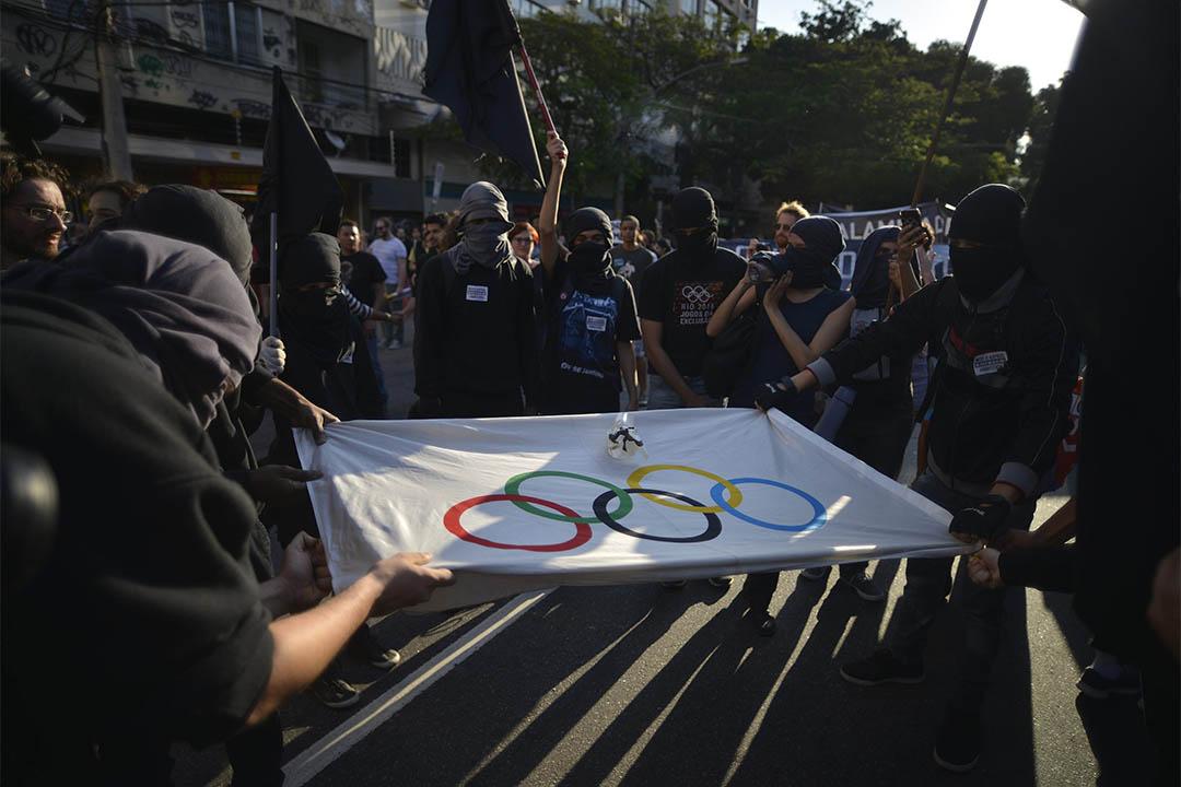 2016年8月5日,巴西里約熱內盧,有示威者焚燒奧運旗幟。
