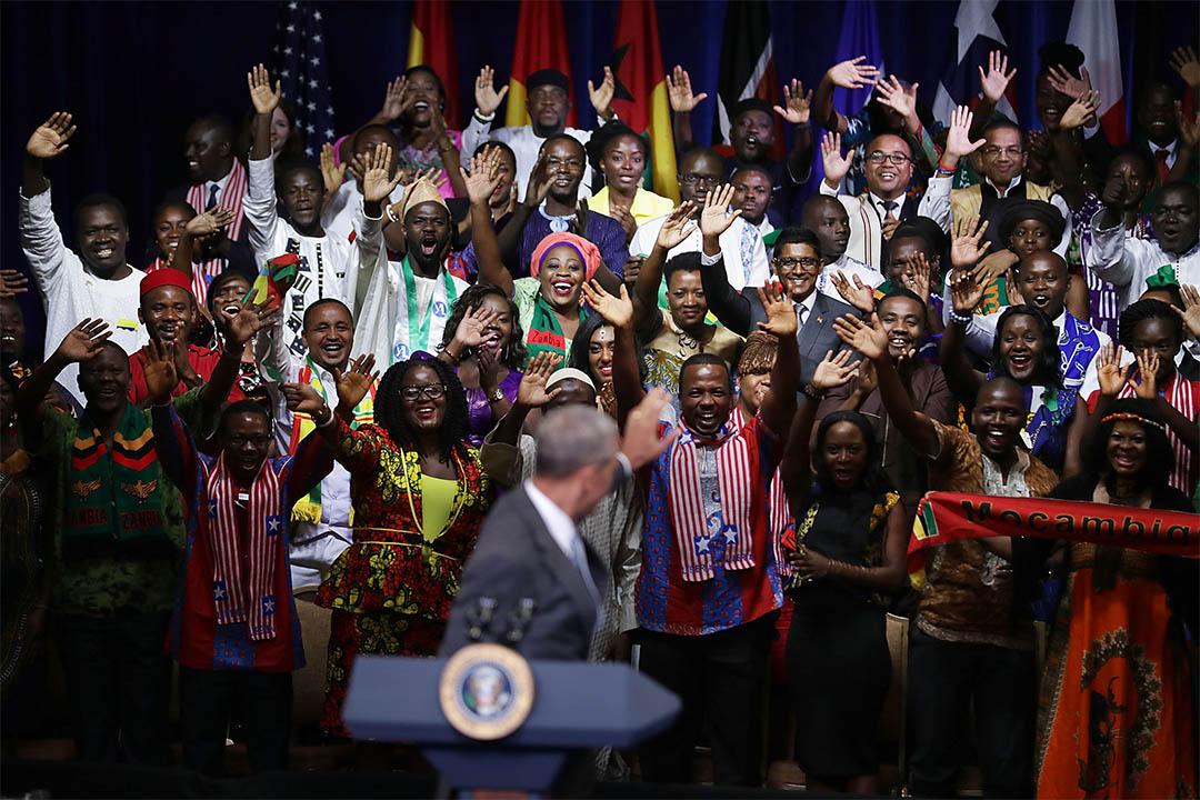 2016年8月3日,美國華盛頓,奧巴馬出席一個由曼德拉獎學金計劃舉辦的峰會,受到該處成員歡迎。