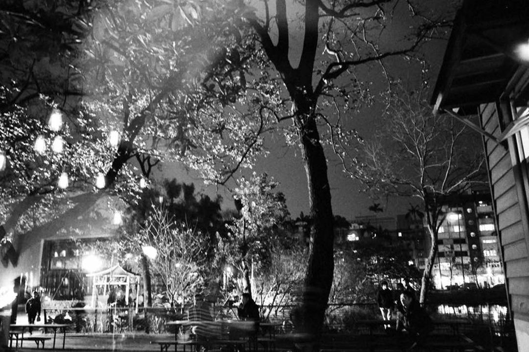 香港知名攝影家/詩人廖偉棠拍下的迷離春夜之閱樂書店。