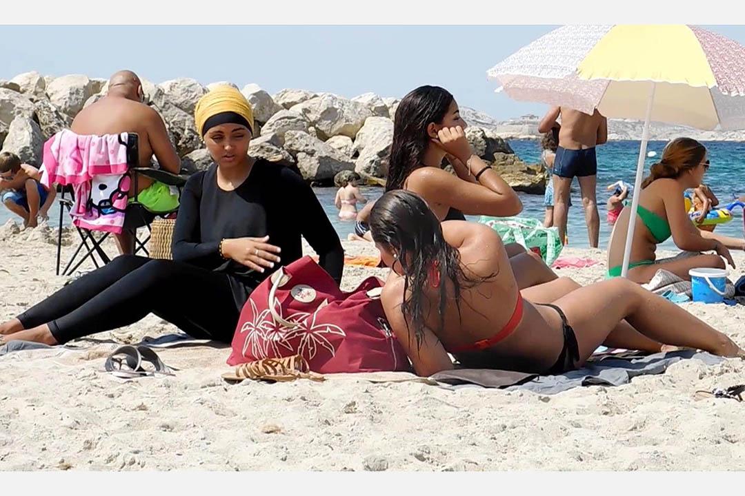 2016年8月29日,法國馬賽,穿著布堅尼的女性穆斯林到沙灘遊玩。