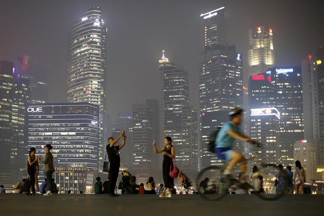 2015年9月10日,新加坡一個商業區內,人們在拍照。