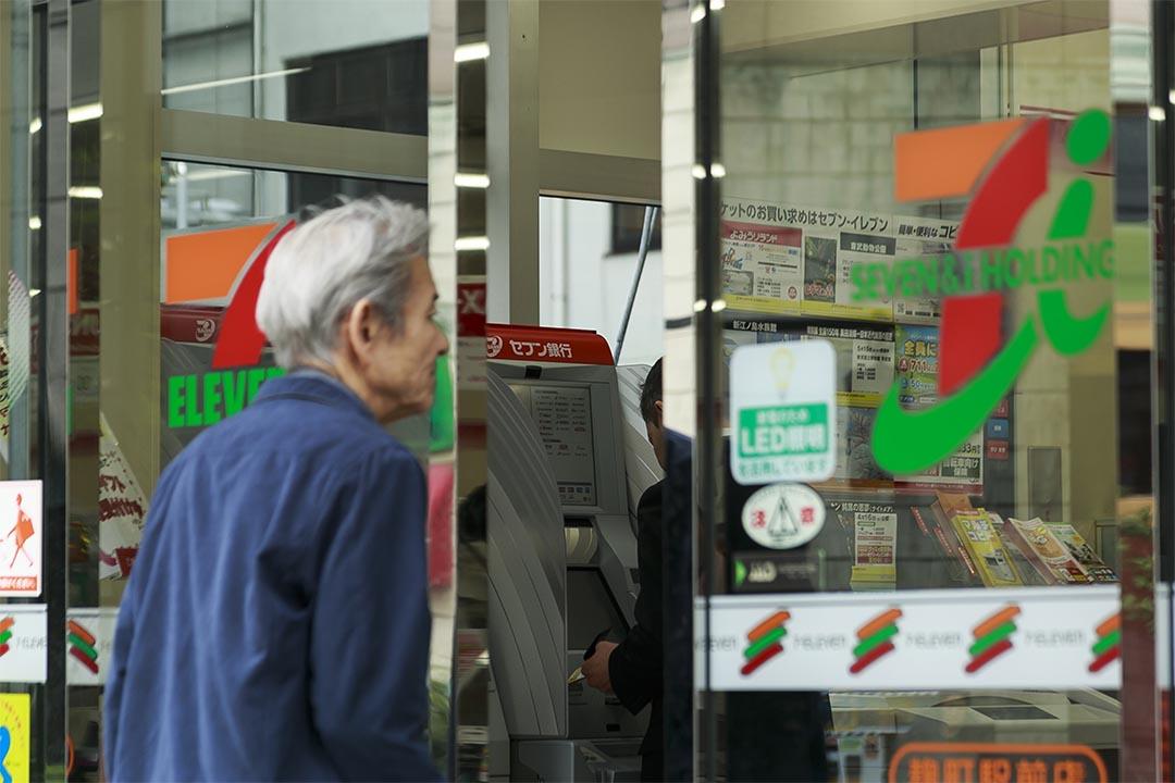 圖為一位老人家走入便利店。