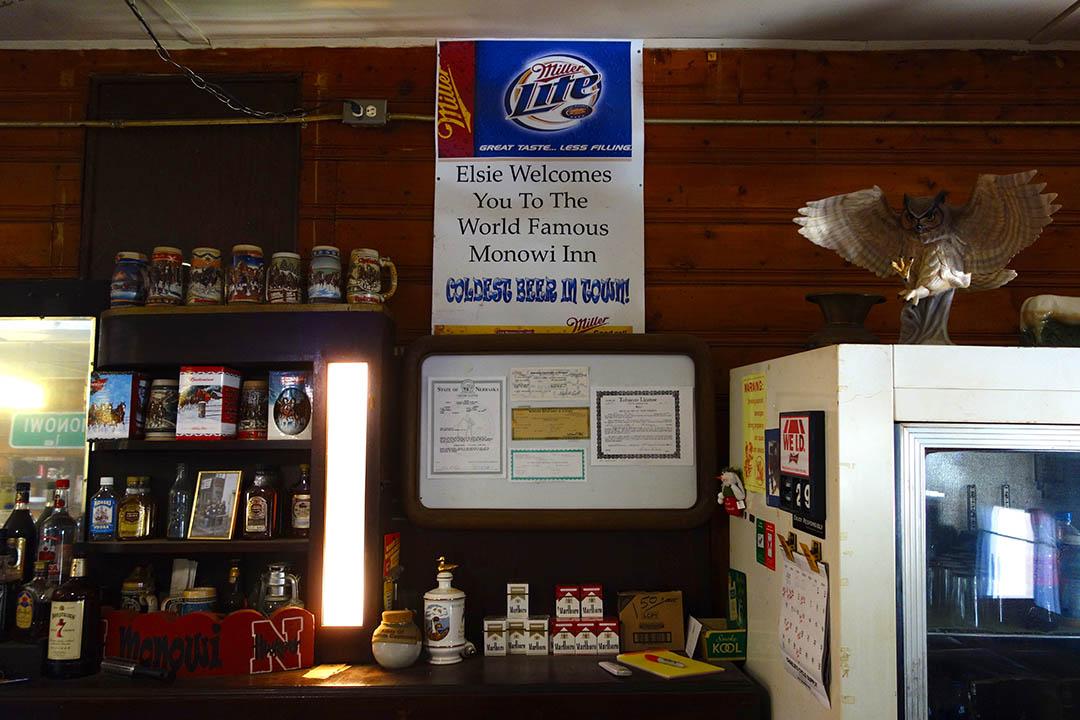 酒館裡的一句標語。「Elsie 歡迎你來到舉世聞名的莫諾維酒館,這裡有全鎮最冰的啤酒!」
