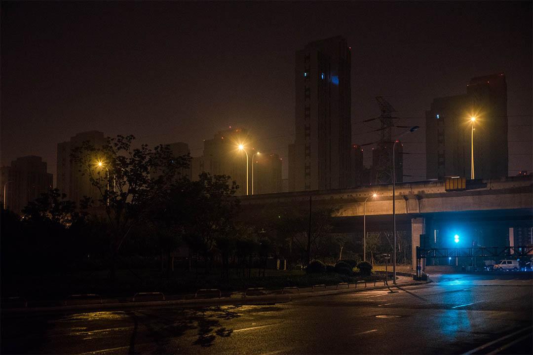 2016年7月底,海港城1期,距離爆炸點最近的小區已經陸續恢復的外觀。夜裡只有一戶亮燈,此刻回遷率並不高。