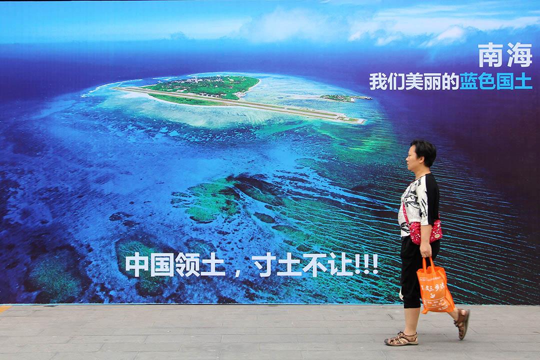 2016年7月14日,山東省濰坊市,行人從愛國宣傳畫前經過。